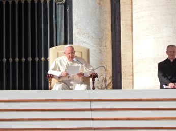 El papa da una catequesis en la audiencia
